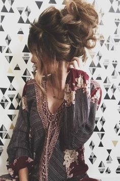 24 Messy bun hairdo to set major boho chic hair goals for the crowd - Hike n Dip - Messy Bun Hairdos for a typical boho chic charm - Messy Bun Hairstyles, Boho Hairstyles, Pretty Hairstyles, Messy Updo, Latest Hairstyles, Messy Bun How To, Messy Hair Buns, Big Messy Buns, Messy Bun Outfit