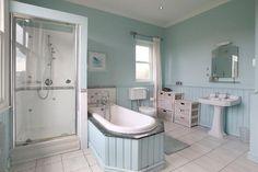 Pastelowe łazienki, zarówno w wersji vintage, z elementami drewna, wikliny i klasycznymi firankami, jak i w nowoczesnej, minimalistycznej formie skoncentrowanej na wolnostojącej wannie, wspaniale wpływają na samopoczucie, jednocześnie emanując świeżością, czystością i orzeźwieniem.  #mieszkanie #dom #dekoracje #dodatki