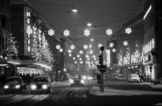 Weihnachtsbeleuchtung Kaiser-Josef-Straße 1969 - Schöne Aufnahme des weihnachtlichen Treiben in der damals noch stark befahren Kaiser-Josef-Straße in Freiburg.  Landesarchiv Baden-Württemberg Staatsarchiv Freiburg  Bestellsignatur: W 134 Nr. 091452c Permalink: http://www.landesarchiv-bw.de/plink/?f=5-302325 Fotograf: Willy Pragher /*  */