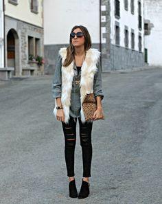 cómo combinar un chaleco de pelo blanco con ripped jeans 93fbb0b07cf5