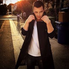 Damn he is fucking sexy Shameless Mickey And Ian, Shameless Tv Show, Ian And Mickey, Shameless Characters, Shameless Scenes, Noel Fisher, Gay Couple, Dying Of The Light, Cameron Monaghan