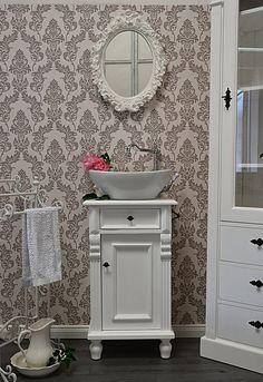 land liebe badm bel eine nostalgische kommode als waschtisch ein badezimmer ganz in wei. Black Bedroom Furniture Sets. Home Design Ideas