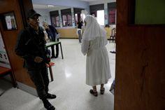 Las fotos de las elecciones en Venezuela: la oposición busca quedarse con la mayoría de las gobernaciones del país