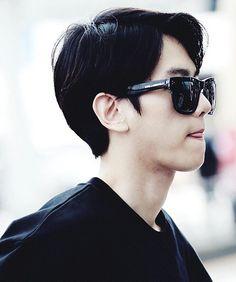 Baekhyun's black hair = MY WEAKNESS bye.