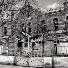"""La antigua estación de #SanLazaro, punto de partida del #Ferrocarril #Interoceanico, en una imagen de los años 70, cuando ya se encontraba en el abandono. Pocos años después fue demolida y hoy en su lugar se encuentra una unidad habitacional; la vista es desde la calle de #Rosario. Imagen del #ArchivoGeneralDeLaNacion en """"De 'terrenos de tercera' a palacio moderno de #SanLazaro"""" Vía @Candidman"""
