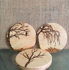 Make wood burned coasters Wood Slice Crafts, Wood Burning Crafts, Wood Burning Patterns, Wood Burning Art, Wooden Art, Wooden Crafts, Dremel, Wood Carving Designs, Deco Nature