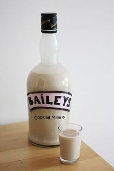 One of my friends loves the Baileys and I promised to make it for her birthday. So I looked for a recipe and I came across that of Chic Chic Chocolat which I immediately liked. So now no more excuses for not trying … Cocktails Vodka, Healthy Cocktails, Cocktail Desserts, Non Alcoholic Drinks, Holiday Cocktails, Fun Drinks, Cocktail Recipes, Homemade Baileys, Vegetable Drinks