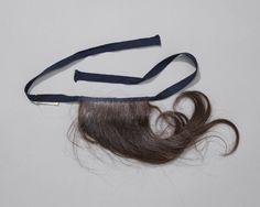 valse lok ( blis ) voor onder de langettemuts, Walcheren, voor 1951 Lok van echt haar, door meisje gebruikt om de haarrol onder de langettenmuts te maken. #Zeeland #Walcheren