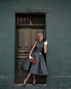 Model standing in a doorway wearing a dress by Heatherlane ✨ Glamour, 1955 📷 by Leombruno-Bodi Glamour Vintage, Vintage Beauty, Vintage Dresses, Vintage Outfits, 1950s Dresses, 1950s Fashion Dresses, 1950 Outfits, Vintage Clothing, 1950s Fashion Hair