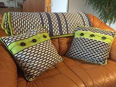 """Puder i boblemønster. Puderne er hæklet i Drops Baby Merino uld og matcher tæppet i bølgemønster. Opskriften indeholder mønster til begge puder. Opskriften koster 45 kr. - se under fanebladet webshop - Hæklet tæppe i """"bølgemønster"""" eget design. Tæppet er hæklet i Drops Baby Merino uld og er lækkert ..."""
