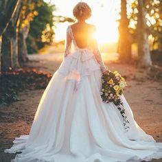 G O R G E O U S ✨ Dress: Elizabeth Devarga Couture (Duchess gown). Photo: Artography Wedding  | www.mysweetengagement.com
