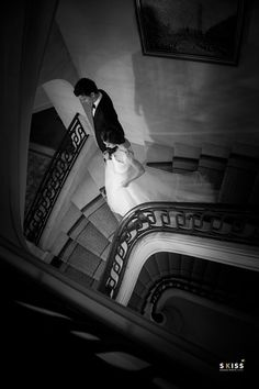 just married// jeunes mariés ; black&white photo// photo noir & blanc ; skiss ; round stairs ; wedding ;  http://www.skiss.fr/