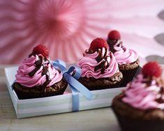 Unser beliebtes Rezept für Schoko-Cupcakes mit Creme-Topping, Himbeeren und Schokosoße und mehr als 55.000 weitere kostenlose Rezepte auf LECKER.de.