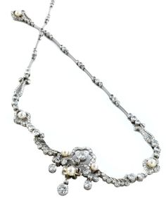 Halsweite: ca. 42,5 cm. Länge Mittelstück: ca. 3,5 cm. Gewicht: ca. 35,8 g. Platin. Dekoratives, verspieltes Collier mit Perlen, Brillanten und Diamanten im...