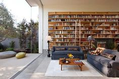50 Jaw-dropping home library design ideas For those of you who love books, we have gathered together an incredible collection of 50 home libraries. Learn how to design them, current trends and best space planning practices. Home Library Design, House Design, Library Ideas, Bookshelves In Living Room, Bookcases, Custom Bookshelves, Library Room, Dream Library, Library Ladder