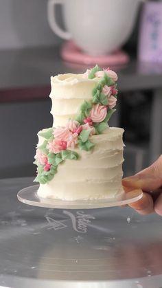 Bolo Floral, Floral Cake, Cake Decorating Videos, Cake Decorating Techniques, Fun Baking Recipes, Cake Recipes, Simple Cake Designs, Mini Wedding Cakes, Mini Tortillas