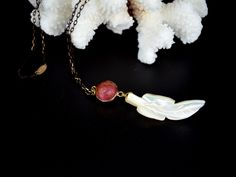 White Feather necklace. Handmade jewel with mother of pearl feather, carnelian…
