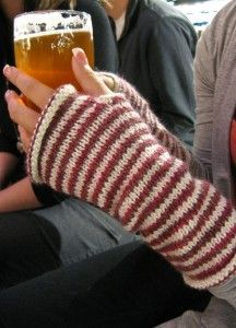 Pulswärmer stricken These casually-fitting fingerless gloves are a great stash buster! Grab 2 half-used skeins and knit them up!These casually-fitting fingerless gloves are a great stash buster! Grab 2 half-used skeins and knit them up! Fingerless Gloves Knitted, Crochet Gloves, Knit Mittens, Knit Crochet, Crochet Hand Warmers, Knit Cowl, Crochet Granny, Hand Crochet, Knitting Socks