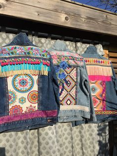 I'm in love with these embellished denim jackets by myself! I'm in love with these embellished denim jackets by myself! Customised Denim Jacket, Custom Denim Jackets, Diy Upcycled Art, Upcycled Furniture, Furniture Ideas, Denim And Lace, Diy Kleidung Upcycling, Estilo Hippie, Denim Ideas
