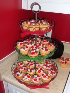 Never too old for a pizza party! Pizza cupcakes: red icing, grated white choc, fruit roll ups, green twizzlers' cookie dough bites Pizza Party Birthday, 2nd Birthday Parties, Birthday Ideas, Birthday Cakes, Master Chef, Pizza Cupcakes, Party Cupcakes, Graduation Party Foods, Italian Party