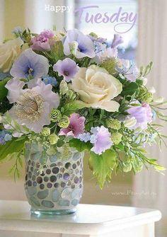 floral bouquet of pale spring colored flowers Beautiful Flower Arrangements, Fresh Flowers, Spring Flowers, Beautiful Flowers, Lavender Flowers, Spring Bouquet, Pastel Flowers, Arte Floral, Deco Floral