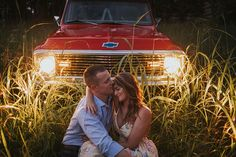 10 Date Nights On A (Wedding Planning) Budget - The Pink Bride Bride Photography, Couple Photography Poses, Autumn Photography, Engagement Photography, Pixel Photography, Friend Photography, Photography Jobs, Maternity Photography, Country Couple Pictures
