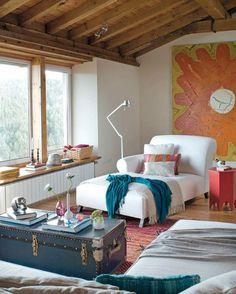 salon élégant avec plafond en bois et coffre bleu de style rustique