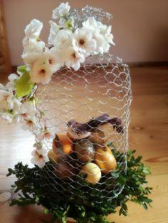 Świąteczny stroik Easter Flower Arrangements, Easter Flowers, Easter Tree, Deco Floral, Arte Floral, Easter Projects, Easter Crafts, Diy Easter Decorations, Christmas Decorations
