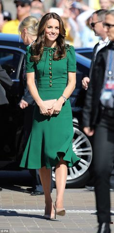 Kate Middleton Style & Fashion: The Duchess of Cambridge's Dresses Looks Kate Middleton, Estilo Kate Middleton, Kate Middleton Fashion, Kate Middleton Outfits, Pippa Middleton, Duchess Kate, Duchess Of Cambridge, Herzogin Von Cambridge, Pantyhosed Legs