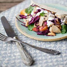 Das beste Rezept gegen Winterblues: knusprige Tacos mit saftiger Hähnchen-Rotkohl-Nektarinen-Füllung für ein bisschen Urlaubsfeeling auf der Hand.