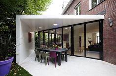 Driehoekige uitbouw. Door vouwpuien open te zetten wordt de uitbouw een buitenkamer. | Strand NL