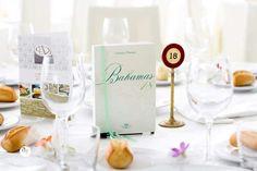 Il segna tavolo è un libro, come quelli del tableau. L'interno è composto da pagine bianche che hanno messo a dura prova gli invitati.  Invece di un solo #guestbook, ogni tavolo aveva il suo.  #book #books #guest #penna #libro #biro #table #weddingtable #travel #theme #wedding  www.ariannaflacco.it