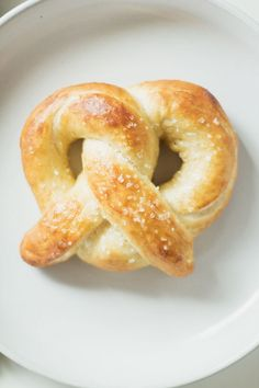these homemade soft pretzels are SO easy to make, you'll never want mall or stadium pretzels again. make snacktime great again! Homemade Soft Pretzels, Pretzels Recipe, Savory Bread Recipe, Bread Recipes, Vegan Foods, I Foods, Savory Snacks, Snack Recipes