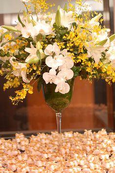 Arranjo com flores brancas e amarelas