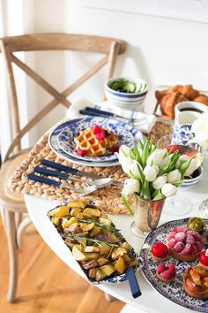 A Spring Brunch at Home - gorgeous table setting by @kattanita from the blog With Love, From Kat #homedecor
