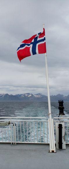 Ferry to Moskenes, Lofoten islands, Norway / Ferry pour Moskenes, Îles Lofoten, Norvège