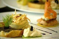Aperitiv: frigărui de peşte cu struguri, icre de ştiucă pe felie de kiwi, canapele de somon cu creveţi, vol-au-vent cu salată de crudităţi, crostini cu măsline.