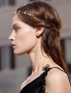 Délicate et romantique à souhait, la couronne d'étoiles Valentino fait mouche