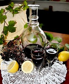 bezovy bezinkovy liker liker z kulicek bezu cerneho recept postup navod vyroba suroviny 2 Beverages, Drinks, Vodka, Smoothie, Food And Drink, Kitchen Appliances, Herbs, Table Decorations, Cooking