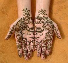 Hennával kézre festett szerelmes pár - Henna-painted couple on hands