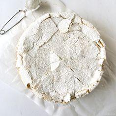 Nog nooit viel een recept van Donna Hay tegen en deze mokka-meringuetaart was daar geen uitzondering op: een lichte taart, alsof je in een wolkje hapt. Piece Of Cakes, Pavlova, Cakes And More, Yummy Cakes, No Bake Cake, Camembert Cheese, Good Food, Sweets, Was