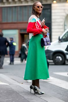 Paris Fashion Week street style for Spring and Summer: green midi skirt and girly pointed pumps with cat-eye sunglasses Autumn Street Style, Street Style Women, Street Styles, Cool Street Fashion, Paris Fashion, Street Chic, Fashion Week 2015, Mode Chic, Advanced Style