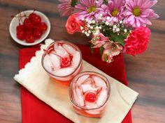 Easy homeade limonada, lemonade or limeade recipe Vodka Drinks, Bar Drinks, Cocktail Drinks, Yummy Drinks, Healthy Drinks, Cocktail Recipes, Delicious Desserts, Alcoholic Drinks, Cocktails