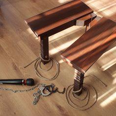Muebles de vibrador BDSM – silla vibrador Hitachi. Silla de Hitachi de BDSM es 18.5(47 cm) de largo, 18,1 (46 cm) de ancho y alto de 17,7(45 cm). BDSM la silla de madera laminada natural. Decoración (fijación de los pies) - cuerda de yute. Madera tratada con mancha y barnizado mate. Puede ser utilizado como una decorativa mesa o mesita de noche. En la petición del cliente, pueden suministrarse en cualquier color. Vibrador Hitachi, cadena y esposas en el paquete no se incluyen. Estos…