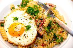 Pasta med spejlæg – pastaskruer med bacon