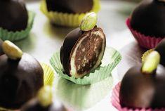 marcipános-pisztáciás bonbon Custom Chocolate, Chocolate Gifts, Truffles, Muffin, Germany, Cookies, Breakfast, Boys, Candy