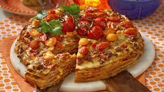 Letar du efter ett lättfixat fredagsmys så titta hit! Du svänger snabbt ihop en fantastiskt god tacotårta, som är som en stor, varm smörgås fast med tortillabröd och tacofärs! Helgen är...