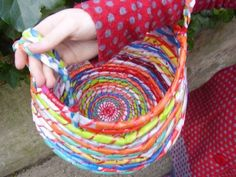 Tutorial for weaving plastic bags into beautiful baskets.♥