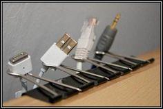 Und am Computerplatz können einfache Papierklemmen eine Menge Ärger ersparen. Wenn sonst eines der Kabel herunterfiel, musste man immer unter den Tisch kriechen und hat sich garantiert den Kopf gestoßen. http://www.heftig.co/35-tipps-fuer-ordnung/