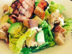 Nuestra ensalada de aguacate y bacon, fresca y sabrosa lista para las cenas de hoy, te esperamos !